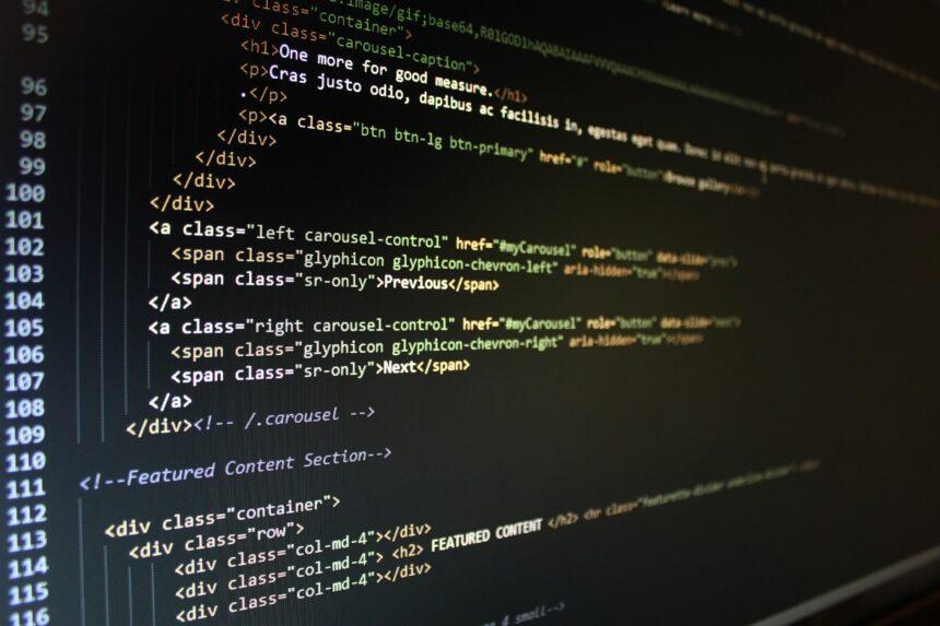 Tworzenie stron internetowych dla biznesu – tworzyć je od podstaw, czy wykorzystać CMS?